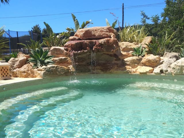Fantastic Property with Jacuzzi, Garden and Wi-Fi.