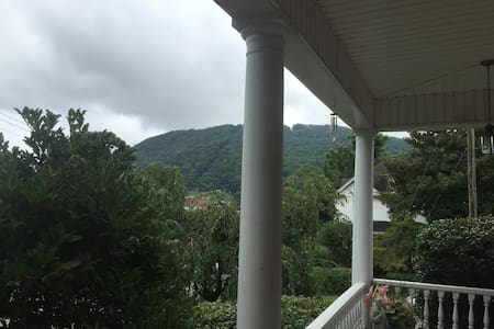 Sweet Space with Mountain View - Roanoke