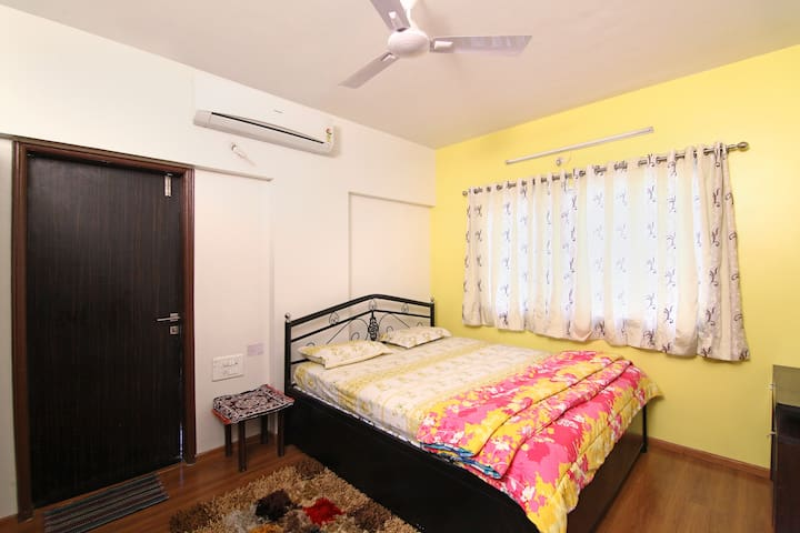 AC Bedroom in furnished apartment - 1 or 2 Guests