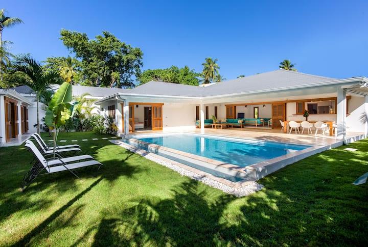 Villa Nikkita - spacious modern holiday home