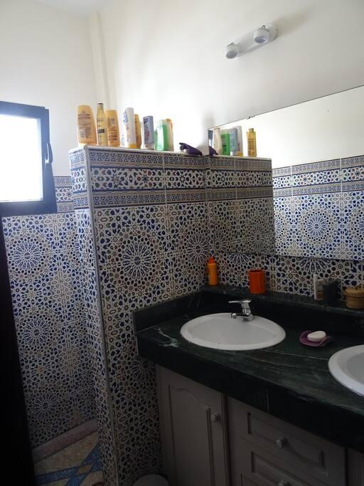 Salle d'eau avec 2 lavabos et douche à l'italienne