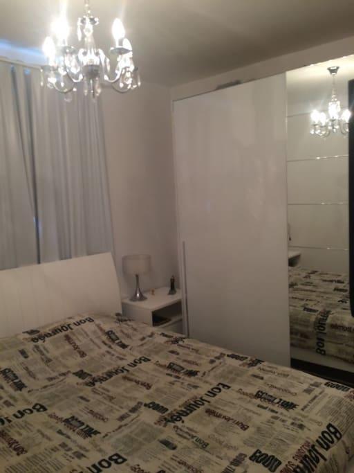 Quarto/suíte individual ou casal com Cama Casal Queen, frigobar, guarda roupas, frigobar, roupas de cama e banho.