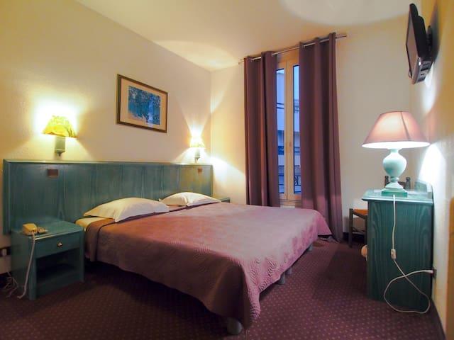 Charming room 1- small family hotel Juan-Les-Pins
