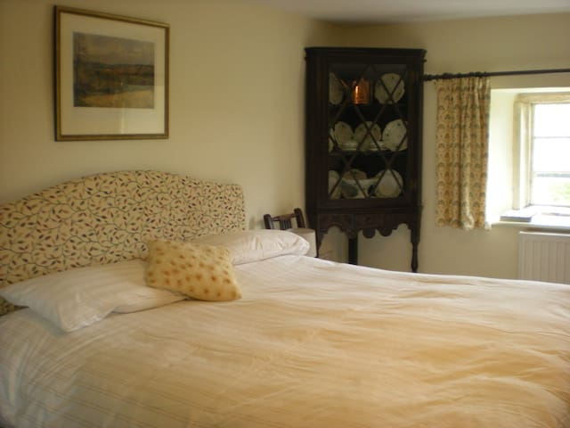 Edwards Room at Cools Farm - East Knoyle - Bed & Breakfast