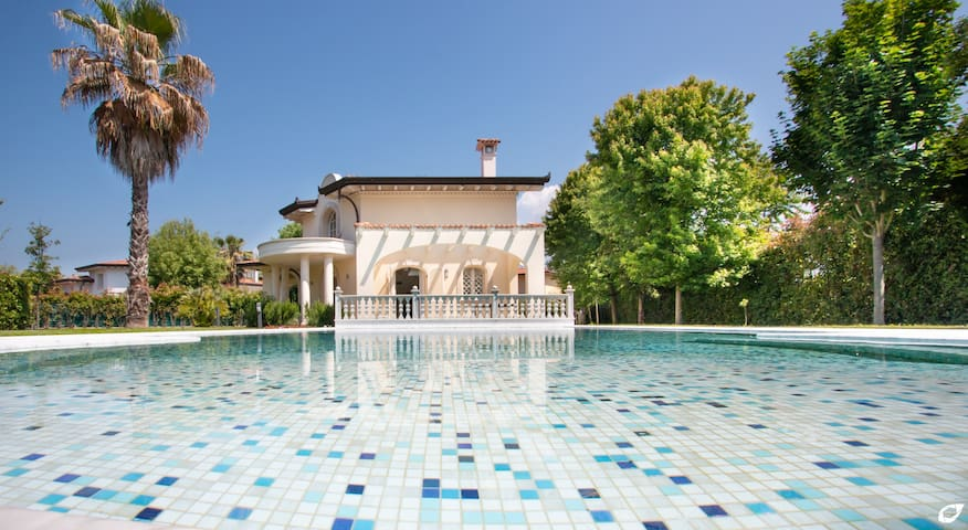 Villa Donatello heated pool in Forte dei Marmi