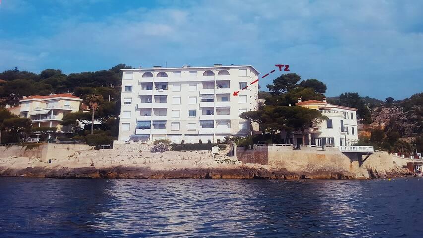"""Appartement  au 1er étage cote rue, 3eme étage cote mer , """"les pieds dans l'eau"""", plage privée  au bord de l'eau"""