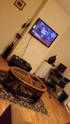 Extra large private room in a busy town of Croydon