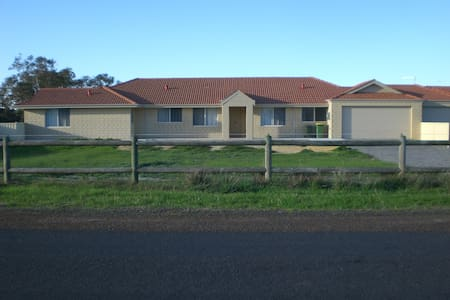 New Spacious 4 bedroom house in country setting - Pinjarra