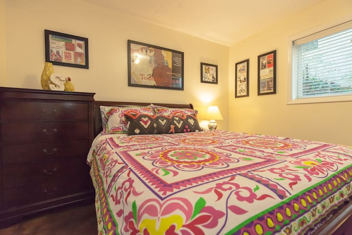 Cozy bedroom with Private bathroom in Midtown/VaHi