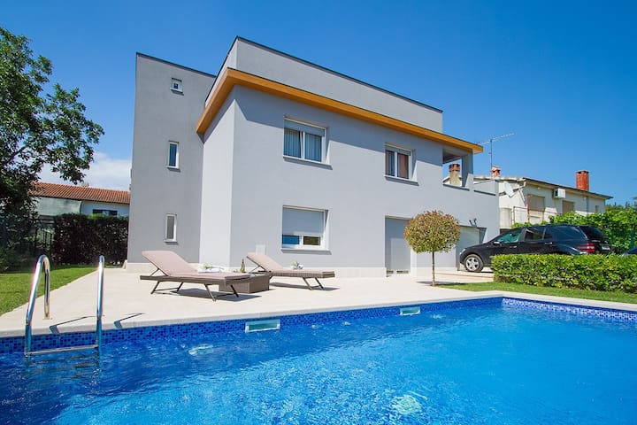 Paradise in Pula with large pool!
