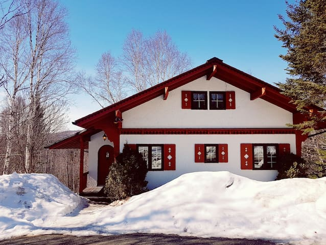 Charming swiss chalet in mountains of laurentides - Sainte-Agathe-des-Monts - Hytte (i sveitsisk stil)
