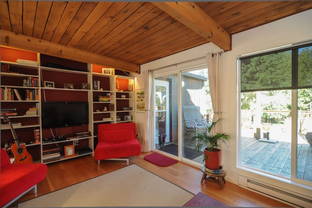 Great bright living space with flat screen tv