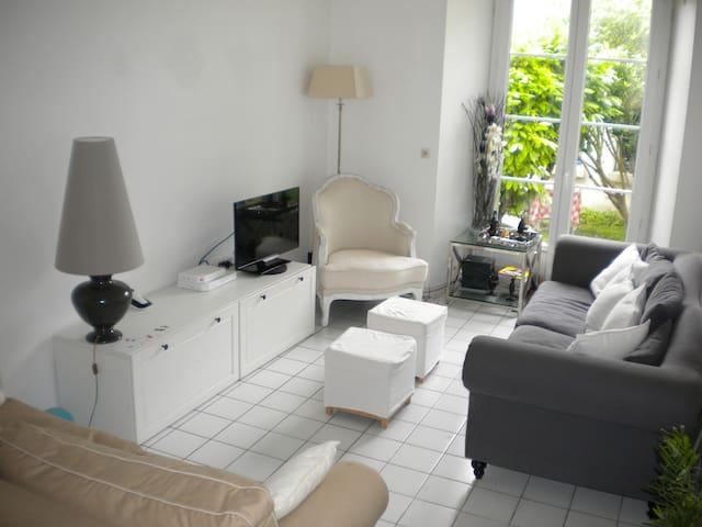 Intime, un bel espace entre  toits et jardin - Saintes - Appartement