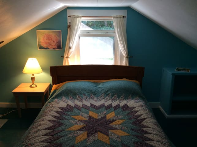 Two cozy bedrooms in 1812 home, easy walk to town!