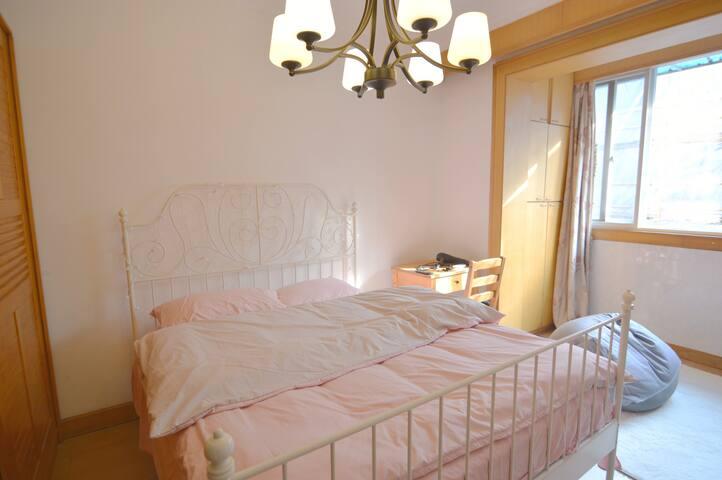 近同济大学临地铁阳光充裕欧美式乡村风舒适大床房