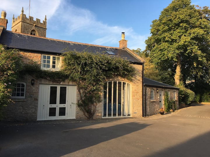 Luxury Coach House with tennis court sleeps 7/9