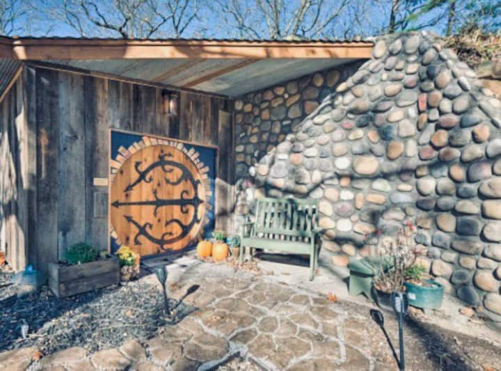 Cedar Bluff Hobbit House-Lake View on 3 acres