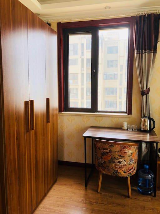 客厅中还有写字桌,提供烧水壶,水杯,拖鞋~