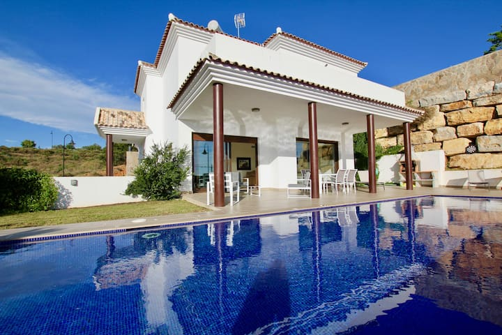Newly built 3BR Villa in 10 mins Walk to the Beach in la Cala, Sea Views, Pool