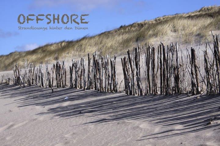 Moderne Strandlounge hinter den Dünen