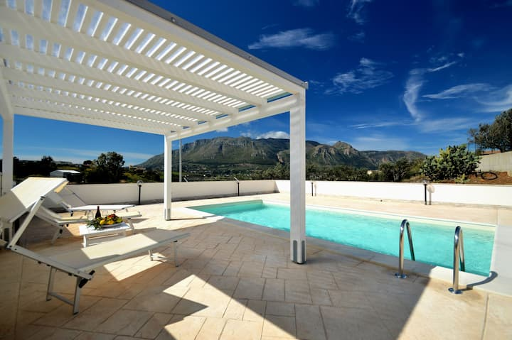 Holiday house with private pool 8 beds parking air-conditioned bbq