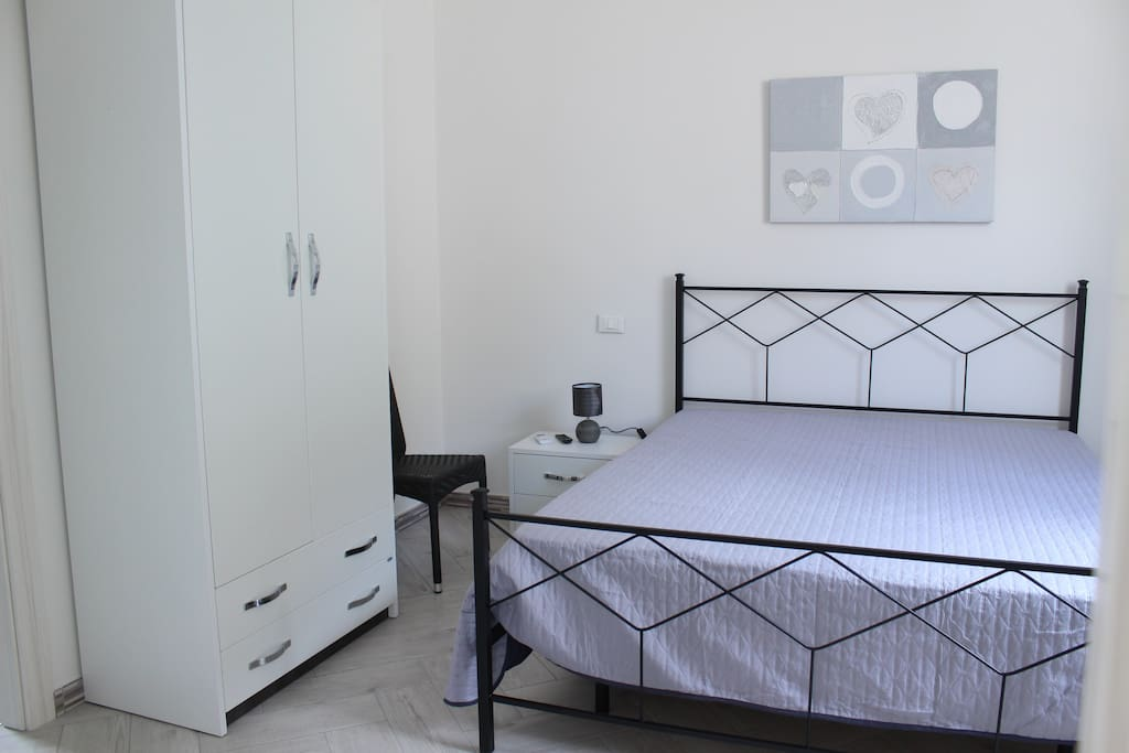 Panoramica della luminosa camera da letto, grazie alla luce naturale che entra dall'ampia  finestra