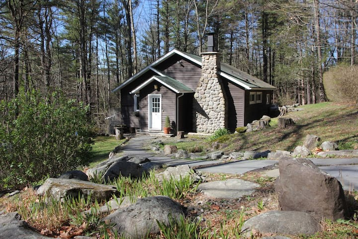 2 BDR COTTAGE Fireplace, WiFi, Woods, PVT