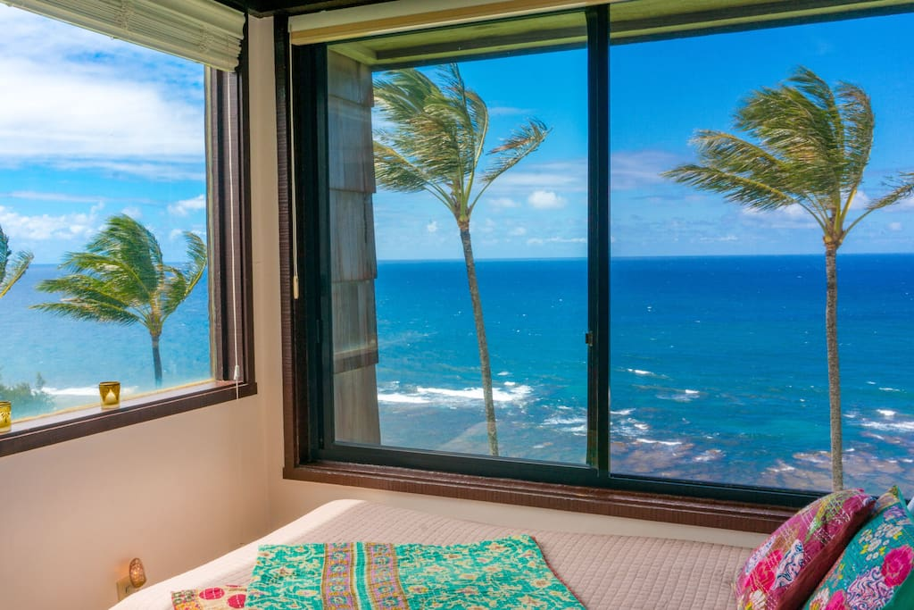Oceanfront windowseat/bed in living room alcove at Sealodge C7.