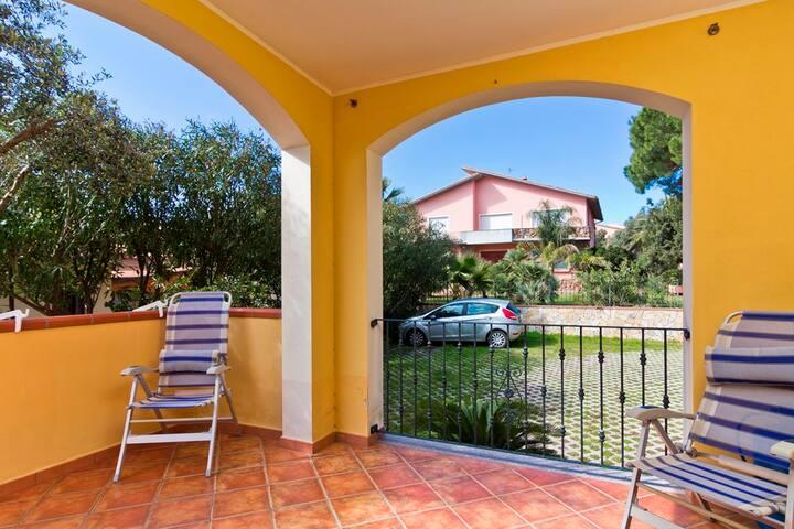 """Appartement lumineux """"Residenza Anthea 3"""" avec terrasse et jardin ; parking disponible"""