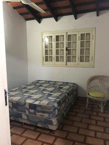 Habitación 1: cama queen. Ventilador