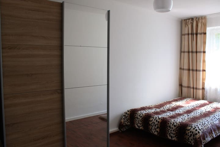 nice bedroom-4 min to the u-bahn, tram, bus