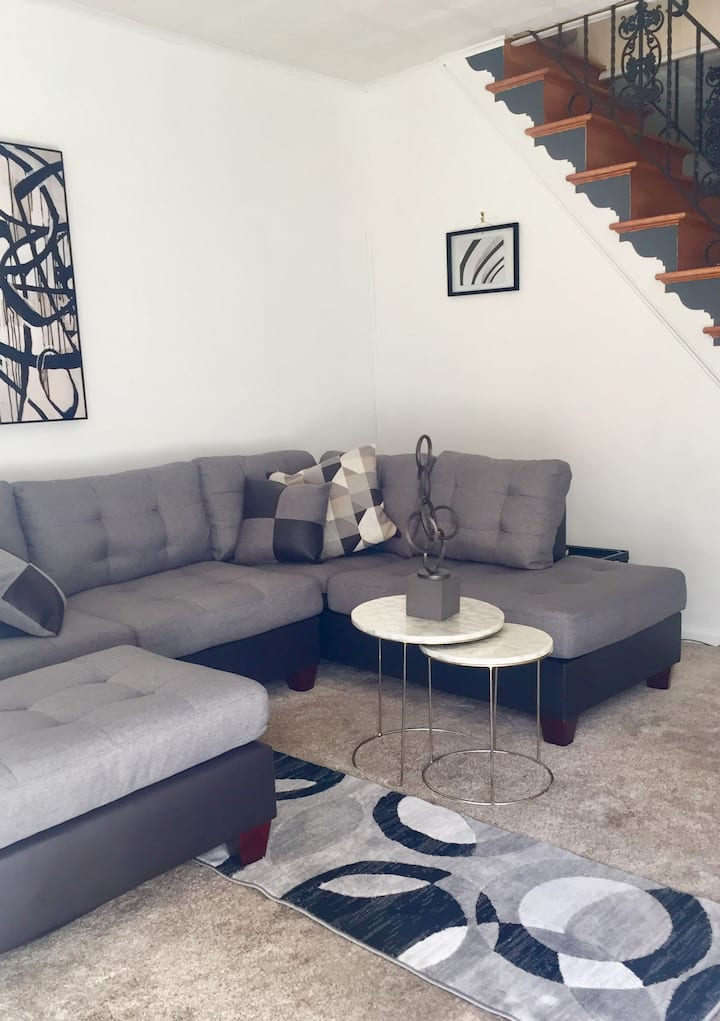 Beautiful Room with Free Parking Lot & Backyard