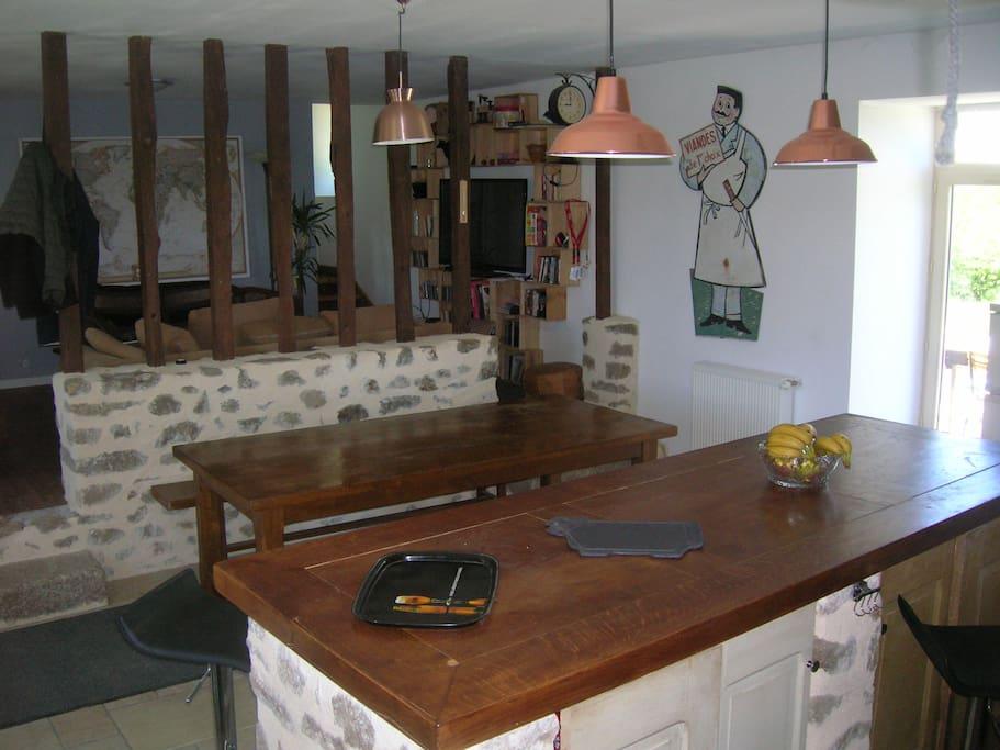 la cuisine ouverte et le salon en arrière plan