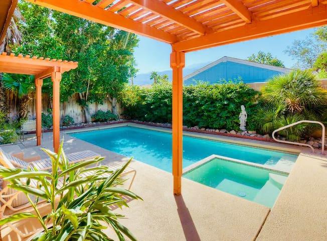 STARSTRUCK-Retro Inspired 3 Bdrm Home w/Pool + Spa