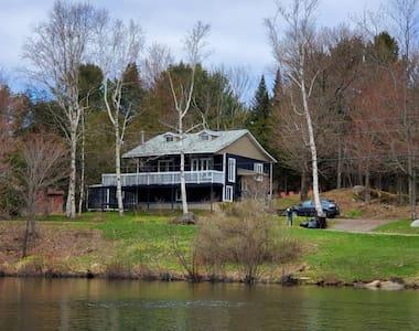 Laurentians 4 bedroom lake front cottage