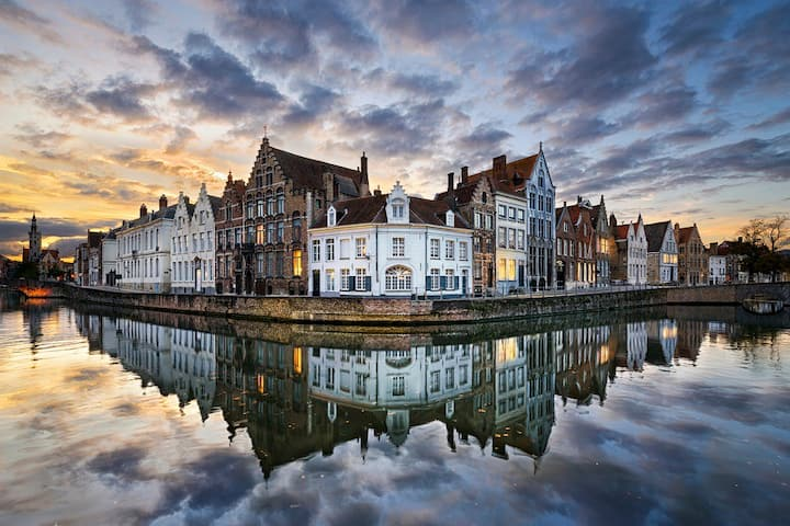 Fantastic apt. with canal view in heart of Bruges!