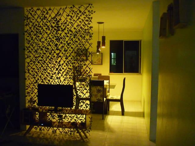 Quarto em apartamento a 1km da Praia dos Artistas