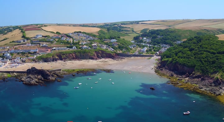 Pet friendly cottage, 4mins walk to beach