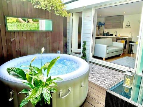 Avskild trädgårdsstuga med privat bubbelpool