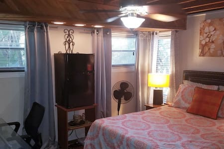 PRIVATE Queen Bedroom & Bath~Micro/Fridge/TV/Porch