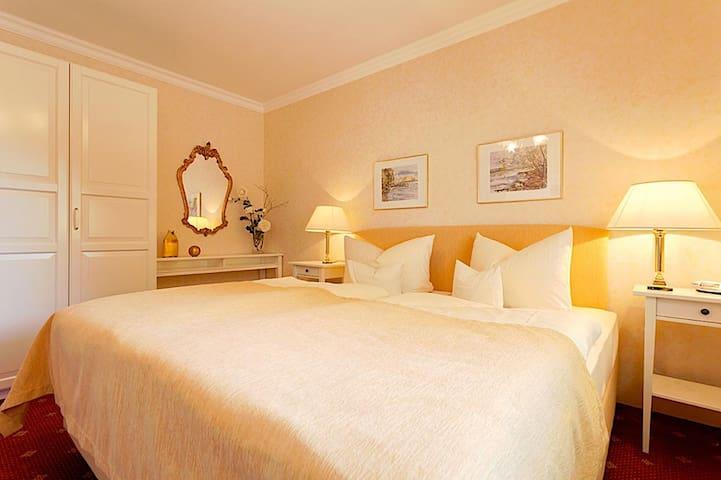 """Hotel """"Am Rehberg"""" garni, (Lindau am Bodensee), Suite mit sep. Wohnraum, Balkon oder Terrasse, Bad-oder DU/WC, Haupthaus"""