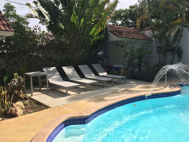Luxurious Guest House  Heated Pool & Jacuzzi