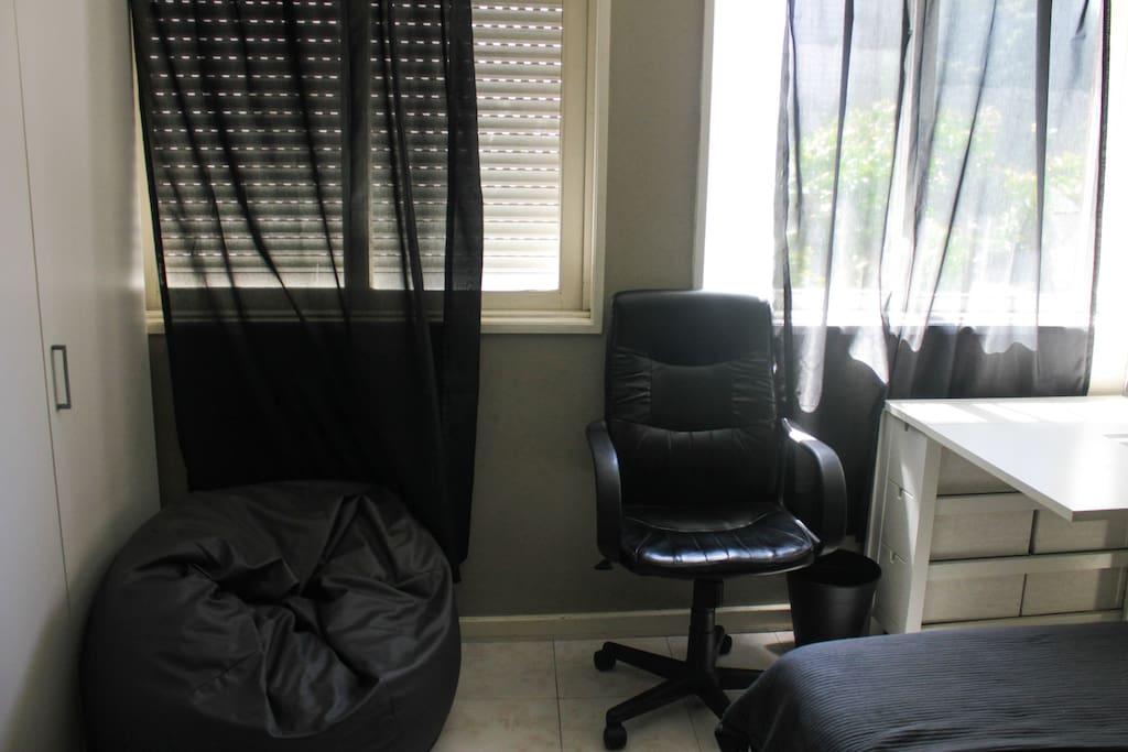 Secretária ou Pouf, lazer ou trabalho, tu decides.  Desk or Pouf, relax or work, you choose.
