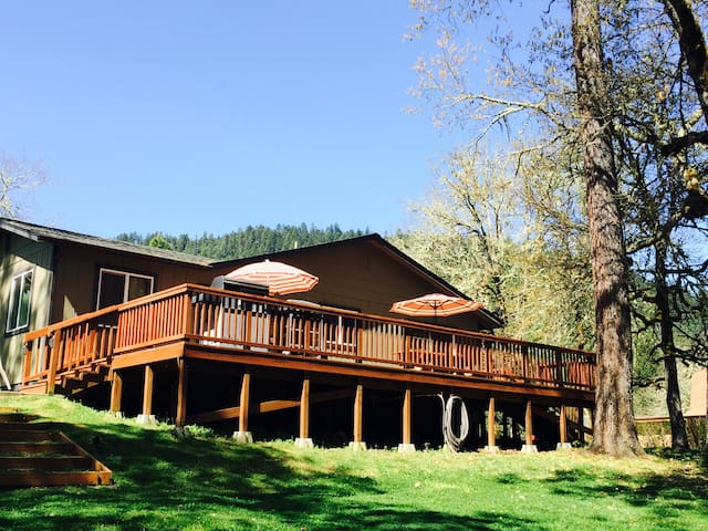 Peaceful Rogue Riverfront Home on 3 Acres - Grants Pass - Dům