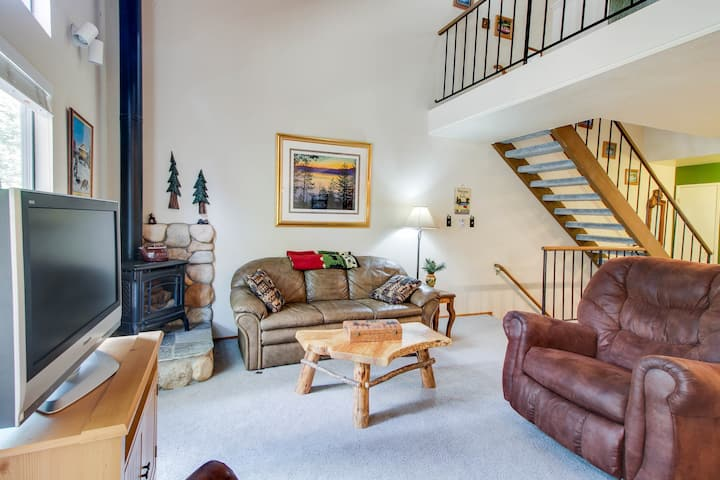 Charming condo with shared pool, hot tub, tennis, entertainment & more!