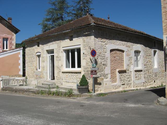 Maison au coeur d'un village dans le Quercy Blanc