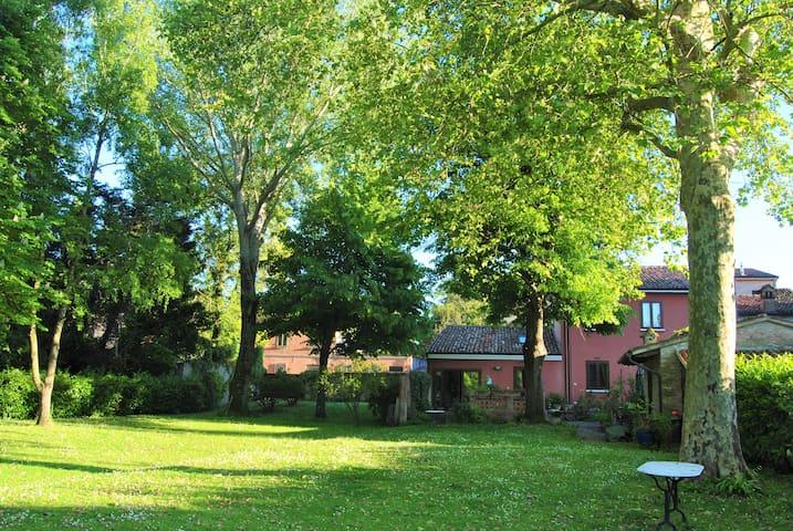 Stanza privata in casa con giardino in centro