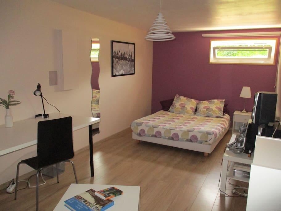 chambre de 16 m2, lit double avec bureau