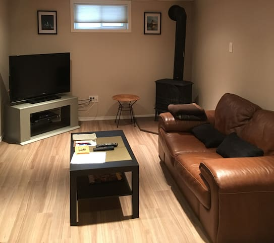 Cozy Private Suite & Private Bathroom- South Wpg