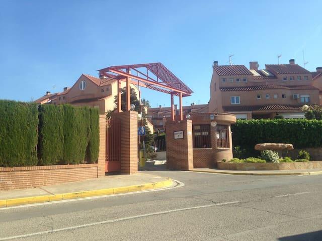 Casa familiar con jardín y piscina - Mas Camarena - Rivitalo